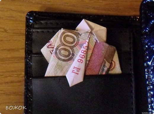 Рубашка из 100 рублей. Известно что дарить  пустой кошелек плохая примета, поэтому вместо обычной купюры в кошелек можно положить вот такую рубашку. фото 1