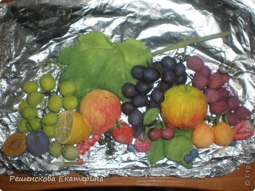 Всем доброго времени суток. Представляю вашему вниманию очередную свою работу - на этот раз это фрукты и ягоды. Здесь и персик с яблочком, и виноград, и слива с вишней,  смородинка с клубникой, абрикосы и черника с малинкой. В данной работе использовала настоящие веточки винограда и смородины ( без ягод!),косточки от лимона и сливы. Делала оттиск на тесте настоящего виноградного листа.  О сходстве с оригиналами судить вам. фото 7