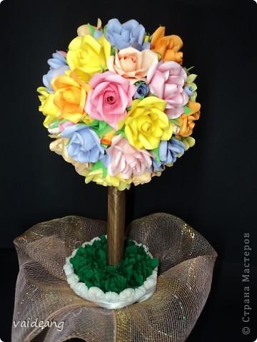 После первого деревца из роз пришла к выводу ,что розочки нужно чередовать с  полузакрытыми бутонами. Вот и получилось это деревце.В высоту 45 см ,диаметр кроны 21 см. фото 1