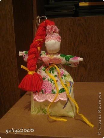 Оберег молодости и красоты. Особенность куклы — образ задорный, яркий, а волосы необычных ярких цветов. Делали таких кукол на приход весны и дарили с пожеланиями здоровья, красоты, радости.