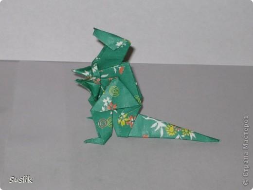 Ну вот, попробую сделать свой первый МК. =) Это динозаврик автора А.Йошизава. Для работы понадобится квадратный лист бумаги, я использовала со стороной 15 см. фото 1
