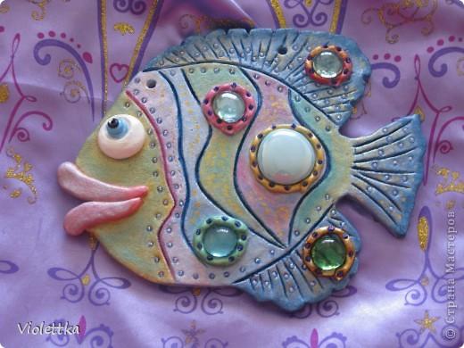 Рыбка-гламурненькая (Моя первая работа рыба), спасибо всем мастерицам сайта за вдохновение, пример! Вот такая рыбка родилась благодаря вам! Рыбка сделана в пару к уже имеющейся дома ,купленной нами 2 года назад, та сделана из глины  фото 1