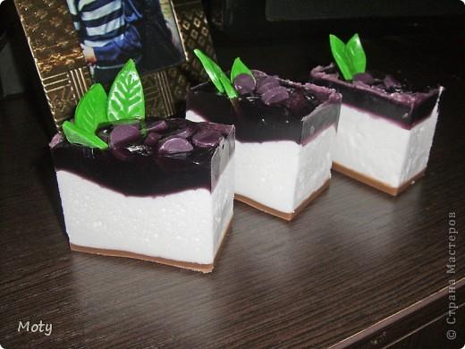 """Решила попробовать сделать взбитое мыло из основы.Тортик """"Смородина"""": основа, красители, отдушка""""Смородина"""". фото 1"""