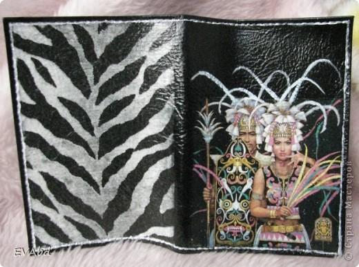 Обложки для паспорта. Материалы - кожаные обложки, грунт, переводные карты Freedecor, салфетки, клей, акриловые краски, контур, стекловидный лак. Работа доставила удовольствие, быстро, легко и результат, на мой взгляд, очень неплохой. фото 3