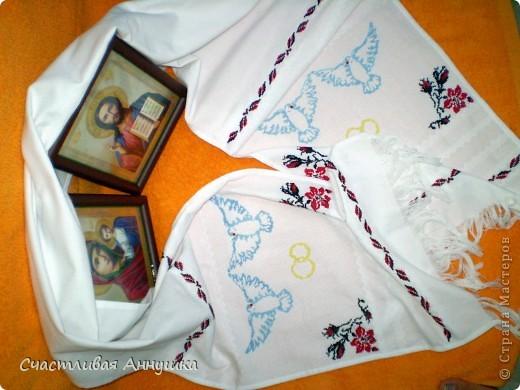 Свадебный рушник, который я вышивала специально перед нашей с мужем свадьбой. Вишивка крестом. На этот рушник мы становились в ЗАГСе при росписи и этим рушником мамы перевязывали наши руки.  фото 1