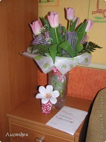 Вчера на мой ДР сын (8 лет) сделал мне вот такие подарки. - Вазочка из папье-маше (обклеил пластиковый стаканчик), раскрасил, сделал и посадил туда цветочек (мы такие цветочки учились с ним делать для открытки на 8 марта для учительницы ). - Закрытка на ДР. Оригинальная идея ))) Всем дарят ОТкрытки, а вот сынуля мой придумал ЗАкрытку. Причём сделал он её ещё перед новым годом, она запечатана была и лежала у него до моего ДР (там даже время написано, когда можно вскрывать) ))) . Думала не вытерпит - откроет раньше. Он её частенько доставал, но потом всё равно убирал обратно в ящик стола, и вот момент настал - закрытку открываем! ))) фото 4
