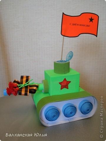 Танк на день Победы. Работа на выставку в детский сад. Основа танка - картонные рулончики от туалетной бумаги. фото 1