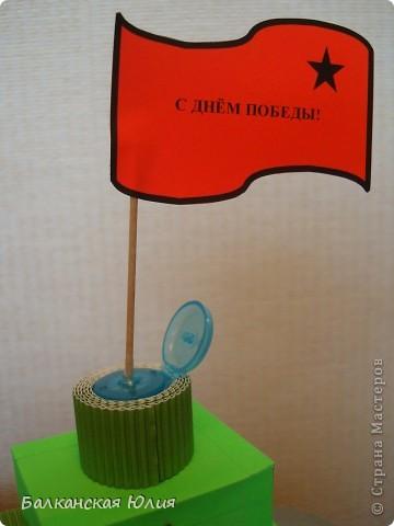 Танк на день Победы. Работа на выставку в детский сад. Основа танка - картонные рулончики от туалетной бумаги. фото 3