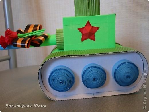 Танк на день Победы. Работа на выставку в детский сад. Основа танка - картонные рулончики от туалетной бумаги. фото 4