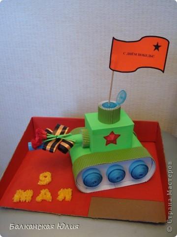 Танк на день Победы. Работа на выставку в детский сад. Основа танка - картонные рулончики от туалетной бумаги. фото 6