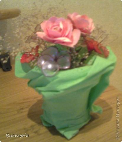 В эту экибану входят цветы из лака, которые я взяла здесь: http://stranamasterov.ru/node/158192 .  И сюда входит просто сухоцвет. Я взяла простой маленький стаканчик и накрыла его пищевой плёнкой, а края плёнки обмотала вокруг стакана полностью с дном. Это надо для того, что бы  втыкать цветы в стакан, а позже для фиксации гофрированой бумаги булавками к стакану. Обвёрточную бумагу  можна сделать более интересной(пышной) собрав в некоторых местах складки, сделаные степлером. фото 1