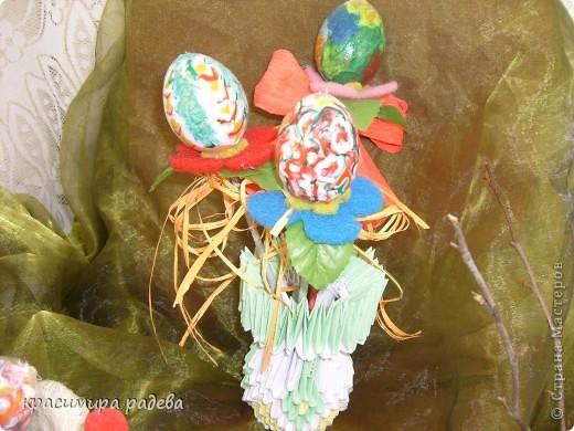 В Детската градина ,в която работя подготвяме украса по повод празници, тържества и за всички сезони. Предоставям на вашето внимание Великденската ни украса. Тя е дело на всички колежки. фото 16