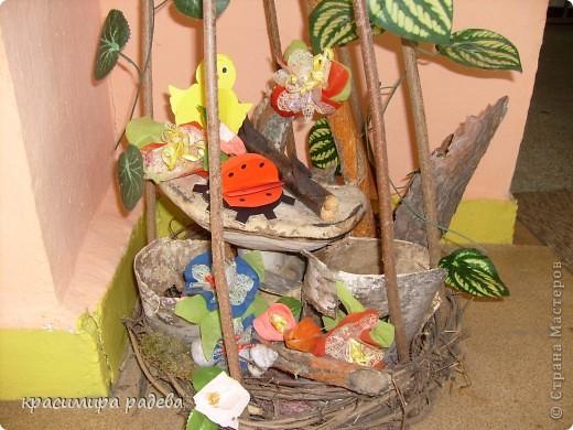 В Детската градина ,в която работя подготвяме украса по повод празници, тържества и за всички сезони. Предоставям на вашето внимание Великденската ни украса. Тя е дело на всички колежки. фото 13