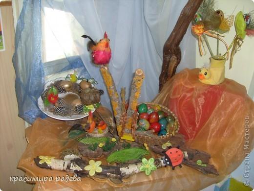 В Детската градина ,в която работя подготвяме украса по повод празници, тържества и за всички сезони. Предоставям на вашето внимание Великденската ни украса. Тя е дело на всички колежки. фото 11