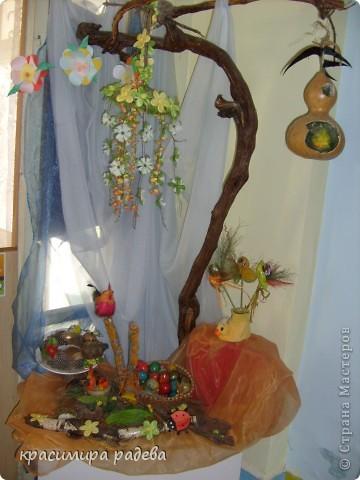 В Детската градина ,в която работя подготвяме украса по повод празници, тържества и за всички сезони. Предоставям на вашето внимание Великденската ни украса. Тя е дело на всички колежки. фото 9