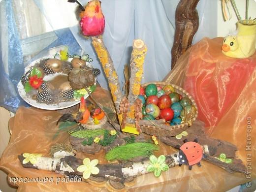 В Детската градина ,в която работя подготвяме украса по повод празници, тържества и за всички сезони. Предоставям на вашето внимание Великденската ни украса. Тя е дело на всички колежки. фото 1