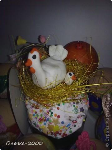 Справа курочка и цыплёнок из пластики, их я лепила, слева желтая мамина курочка из солёного теста фото 2