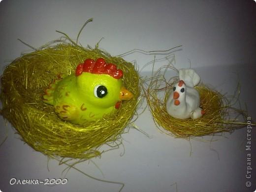 Справа курочка и цыплёнок из пластики, их я лепила, слева желтая мамина курочка из солёного теста фото 1