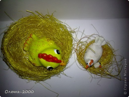 Справа курочка и цыплёнок из пластики, их я лепила, слева желтая мамина курочка из солёного теста фото 5