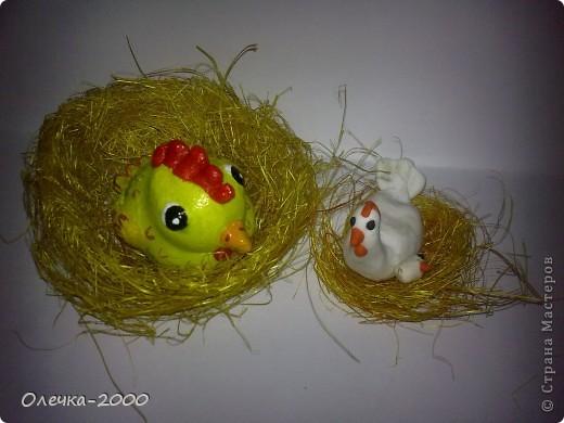 Справа курочка и цыплёнок из пластики, их я лепила, слева желтая мамина курочка из солёного теста фото 7