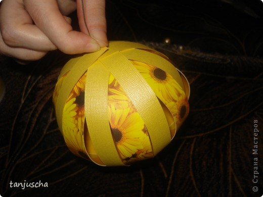 Купила в магазине книжку Filigrane Paper Balls там всё подробно написано как делать такие шарики. Отдельно продаются к книжке наборы где уже всё лежит только бери и собирай. Я такие наборы называю для ленивых. Всё настолько просто что я решила поделиться с вами может кому и пригодится. фото 24