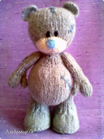 Увидела в интернете описание мишки Теддика связанного спицами (www.liveinternet.ru/users/tanyushkas/post156279397) и не смогла устоять..захотела себе такого же. связала на одном дыхании...вроде получился мишенька))) фото 1
