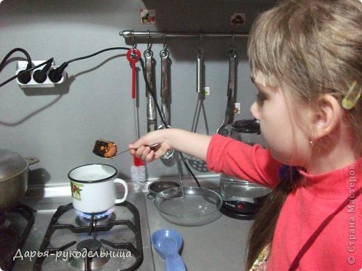 У меня родилась сестрёнка и мама не смогла готовиться к пасхе.Поэтому я решила ей помочь.И мы с бабушкой красили яйца и я их украшала наклейками.Вот так получилось. фото 2