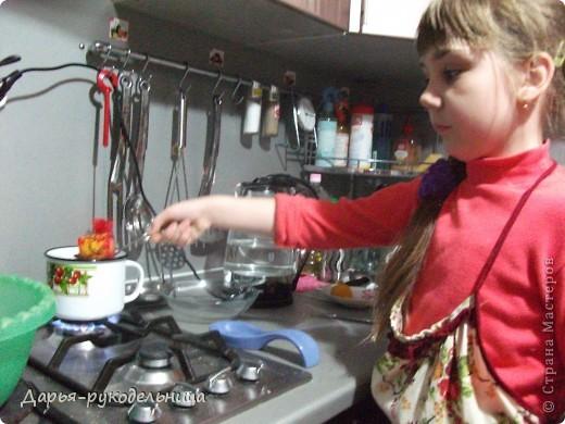 У меня родилась сестрёнка и мама не смогла готовиться к пасхе.Поэтому я решила ей помочь.И мы с бабушкой красили яйца и я их украшала наклейками.Вот так получилось. фото 3