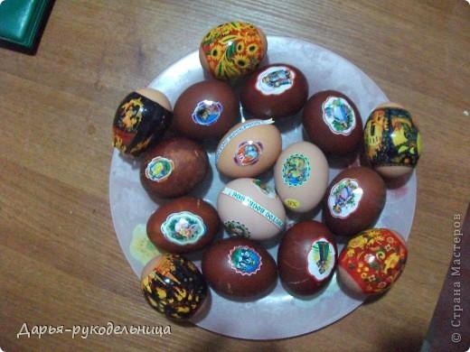 У меня родилась сестрёнка и мама не смогла готовиться к пасхе.Поэтому я решила ей помочь.И мы с бабушкой красили яйца и я их украшала наклейками.Вот так получилось. фото 4