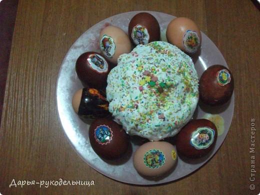 У меня родилась сестрёнка и мама не смогла готовиться к пасхе.Поэтому я решила ей помочь.И мы с бабушкой красили яйца и я их украшала наклейками.Вот так получилось. фото 6