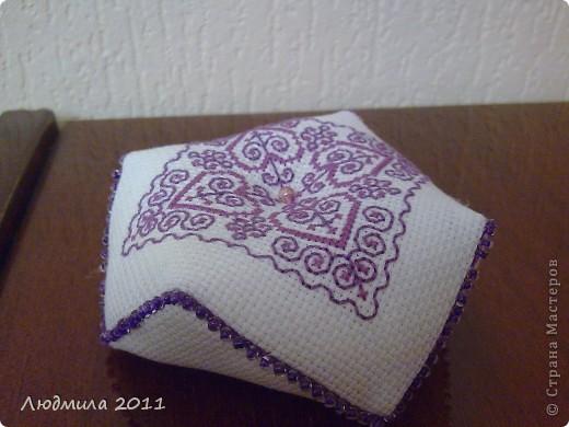 Полюбились мне такие подушечки-бискорнюшечки! Решила вышить такие вот подушечки на подарки.... фото 9