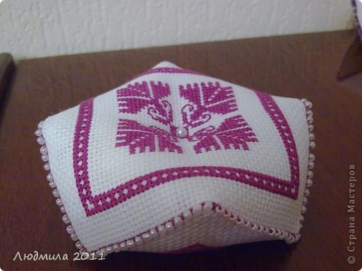 Полюбились мне такие подушечки-бискорнюшечки! Решила вышить такие вот подушечки на подарки.... фото 6