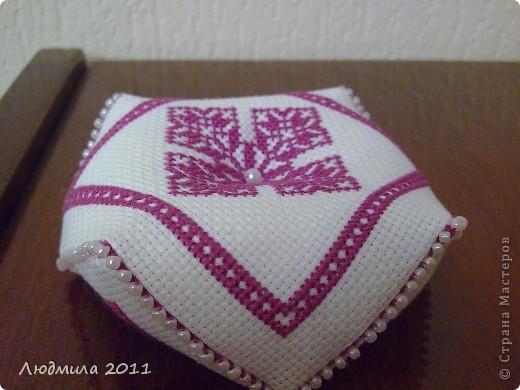 Полюбились мне такие подушечки-бискорнюшечки! Решила вышить такие вот подушечки на подарки.... фото 7