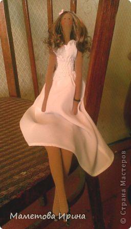 Эту куклу я делала по фотографии своей любимой подружки Илоны (куклу зовут так же). Старалась все детальки повторить: и платье, и обувь, и цветок на голове, и прическа, и даже браслет. Скоро она сама сможет оценить это произведение, жду не дождусь ее мнения. фото 1