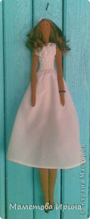 Эту куклу я делала по фотографии своей любимой подружки Илоны (куклу зовут так же). Старалась все детальки повторить: и платье, и обувь, и цветок на голове, и прическа, и даже браслет. Скоро она сама сможет оценить это произведение, жду не дождусь ее мнения. фото 2