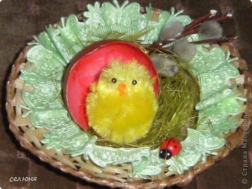 Поделюсь своими рукотворными подарками для близких и любимых людей к Пасхе!!! Эта и следующая пасхальная композиция созданы из готовых составляющих: небольшая тарелка из соломки, оберточный материал для цветов, цыпленок, бабка коровка, шелковая лента, тесьма, готовые розочки, скорлупа от яйца, покрашенная акриловой красной краской фото 1