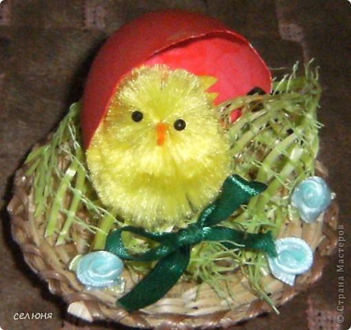 Поделюсь своими рукотворными подарками для близких и любимых людей к Пасхе!!! Эта и следующая пасхальная композиция созданы из готовых составляющих: небольшая тарелка из соломки, оберточный материал для цветов, цыпленок, бабка коровка, шелковая лента, тесьма, готовые розочки, скорлупа от яйца, покрашенная акриловой красной краской фото 2