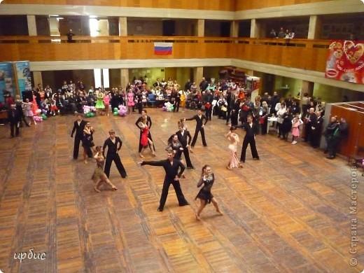 Здравствуйте, недавно удалось побывать на соревнованиях по спортивным танцам в Белгороде. Очень понравилось. Жаль, конечно, что в моем детстве не было такого кружка в  населенном пункте, котором проживала. Я бы записалась одной из первых туда. Конкурс начался в 11 часов и продолжался до 21. Энергетика необыкновенная и дух соревнования можно сказать витали в зале. Танцевали дети разных возрастов где то от 7 лет и до 25.  фото 14