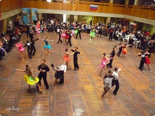 Здравствуйте, недавно удалось побывать на соревнованиях по спортивным танцам в Белгороде. Очень понравилось. Жаль, конечно, что в моем детстве не было такого кружка в  населенном пункте, котором проживала. Я бы записалась одной из первых туда. Конкурс начался в 11 часов и продолжался до 21. Энергетика необыкновенная и дух соревнования можно сказать витали в зале. Танцевали дети разных возрастов где то от 7 лет и до 25.  фото 12
