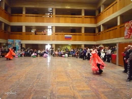 Здравствуйте, недавно удалось побывать на соревнованиях по спортивным танцам в Белгороде. Очень понравилось. Жаль, конечно, что в моем детстве не было такого кружка в  населенном пункте, котором проживала. Я бы записалась одной из первых туда. Конкурс начался в 11 часов и продолжался до 21. Энергетика необыкновенная и дух соревнования можно сказать витали в зале. Танцевали дети разных возрастов где то от 7 лет и до 25.  фото 10