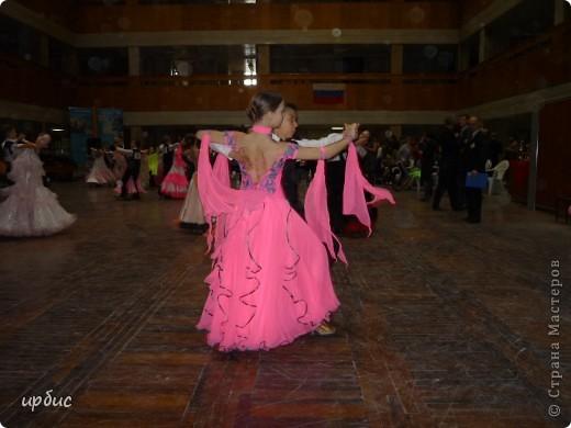 Здравствуйте, недавно удалось побывать на соревнованиях по спортивным танцам в Белгороде. Очень понравилось. Жаль, конечно, что в моем детстве не было такого кружка в  населенном пункте, котором проживала. Я бы записалась одной из первых туда. Конкурс начался в 11 часов и продолжался до 21. Энергетика необыкновенная и дух соревнования можно сказать витали в зале. Танцевали дети разных возрастов где то от 7 лет и до 25.  фото 9