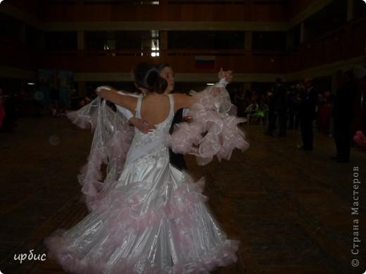 Здравствуйте, недавно удалось побывать на соревнованиях по спортивным танцам в Белгороде. Очень понравилось. Жаль, конечно, что в моем детстве не было такого кружка в  населенном пункте, котором проживала. Я бы записалась одной из первых туда. Конкурс начался в 11 часов и продолжался до 21. Энергетика необыкновенная и дух соревнования можно сказать витали в зале. Танцевали дети разных возрастов где то от 7 лет и до 25.  фото 8