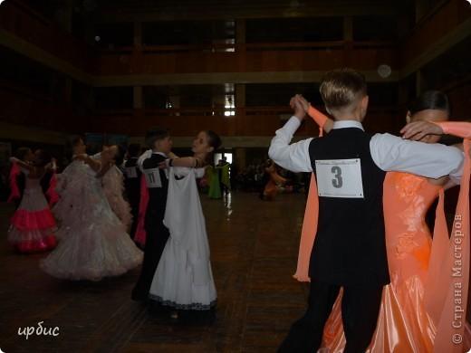 Здравствуйте, недавно удалось побывать на соревнованиях по спортивным танцам в Белгороде. Очень понравилось. Жаль, конечно, что в моем детстве не было такого кружка в  населенном пункте, котором проживала. Я бы записалась одной из первых туда. Конкурс начался в 11 часов и продолжался до 21. Энергетика необыкновенная и дух соревнования можно сказать витали в зале. Танцевали дети разных возрастов где то от 7 лет и до 25.  фото 7