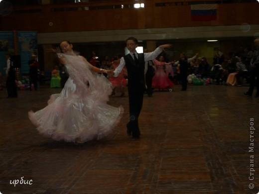 Здравствуйте, недавно удалось побывать на соревнованиях по спортивным танцам в Белгороде. Очень понравилось. Жаль, конечно, что в моем детстве не было такого кружка в  населенном пункте, котором проживала. Я бы записалась одной из первых туда. Конкурс начался в 11 часов и продолжался до 21. Энергетика необыкновенная и дух соревнования можно сказать витали в зале. Танцевали дети разных возрастов где то от 7 лет и до 25.  фото 6