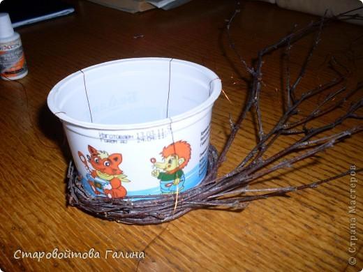 Хочу  поделиться  опытом,В  целях  экономии  на  вазочках,решила  сделать  их  из  подручных  средств.Взяла  баночку  из-под  сметаны  200г,  с  помощью  поволоки закрепила  на  ней  берёзовые  веточки.Баночка  не  извлекается,она  является  каркасом. Внутрь  баночки   вставляю  пенопласт, затем  в  него  вставляю  цветы,  лепесточки.Чтобы  не  было   видно  пенопласта, засыпаю  в  готовую  поделку  мелкий  керамзит,получается  имитация   почвы.Проволока  поверх  баночки  для  того,  что бы  не путалась фото 1