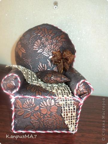 начало было вроде как кресло игольница,но материал выбрала неудачно...поэтому получилось кресло для куклы барби.  фото 2