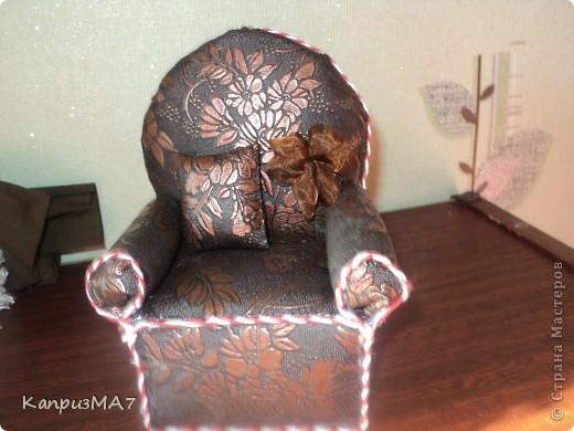 начало было вроде как кресло игольница,но материал выбрала неудачно...поэтому получилось кресло для куклы барби.  фото 1