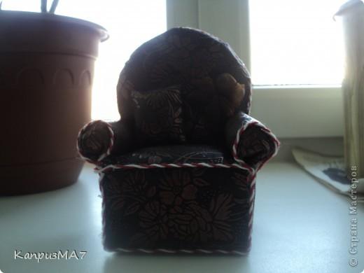 начало было вроде как кресло игольница,но материал выбрала неудачно...поэтому получилось кресло для куклы барби.  фото 3