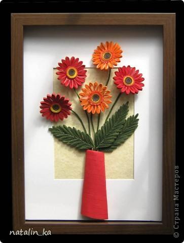 Доброго дня всем жителям СМ! В этот пасхальный день я к вам с герберами. Очень захотелось попробовать сделать эти цветы, к тому же нашелся повод - день рождения у большо-о-о-й их любительницы. Не так давно, благодаря Ольге Ольшак, в нашей Стране появилось много гербер. Мне захотелось их сделать чуть отличными, полностью крученными. Надеюсь, получилось похоже. Имениннице понравились, надеюсь, приглянутся и вам. Делала с удовольствием и в который раз восхищалась возможностями моего любимого квиллинга. Оформление простое - хотелось, чтоб ничто не отвлекало внимания от самих цветов - надеюсь, получилось.  Работа для меня не характерная. Не думала, что, я - миниатюристка, когда-нибудь сделаю композицию в раме (32 х 23 см), но вот... даже понравилось.  фото 1