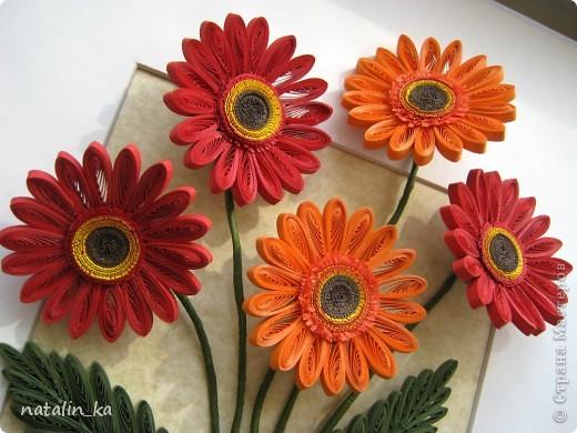 Доброго дня всем жителям СМ! В этот пасхальный день я к вам с герберами. Очень захотелось попробовать сделать эти цветы, к тому же нашелся повод - день рождения у большо-о-о-й их любительницы. Не так давно, благодаря Ольге Ольшак, в нашей Стране появилось много гербер. Мне захотелось их сделать чуть отличными, полностью крученными. Надеюсь, получилось похоже. Имениннице понравились, надеюсь, приглянутся и вам. Делала с удовольствием и в который раз восхищалась возможностями моего любимого квиллинга. Оформление простое - хотелось, чтоб ничто не отвлекало внимания от самих цветов - надеюсь, получилось.  Работа для меня не характерная. Не думала, что, я - миниатюристка, когда-нибудь сделаю композицию в раме (32 х 23 см), но вот... даже понравилось.  фото 2